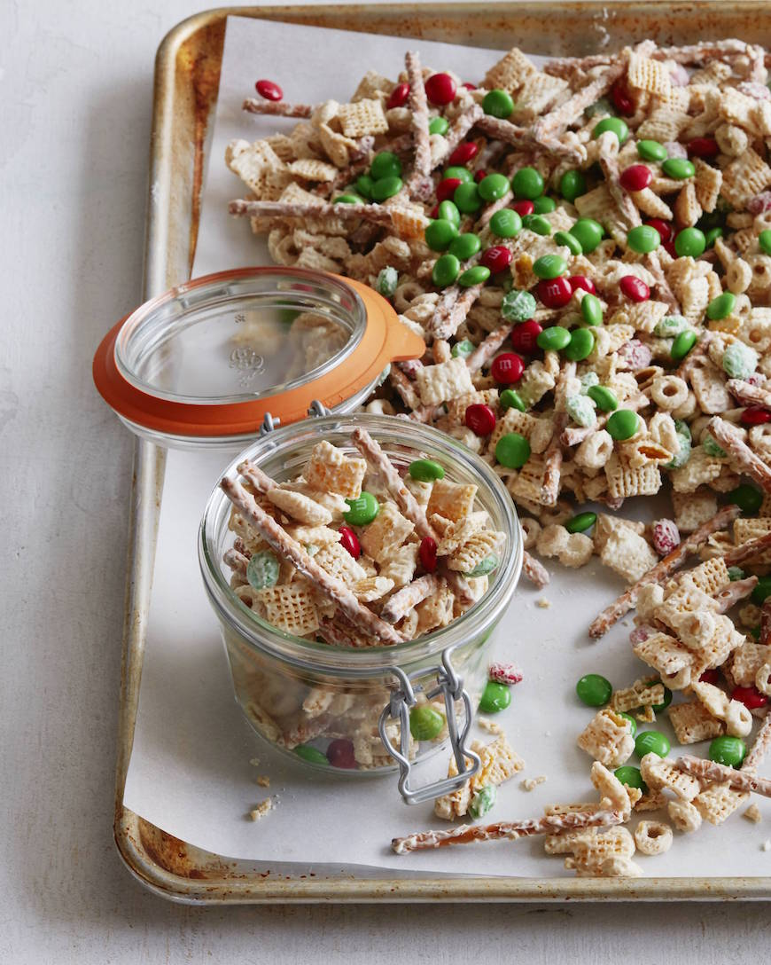White Chocolate Christmas Crack from www.whatsgabycooking.com (@whatsgabycookin)