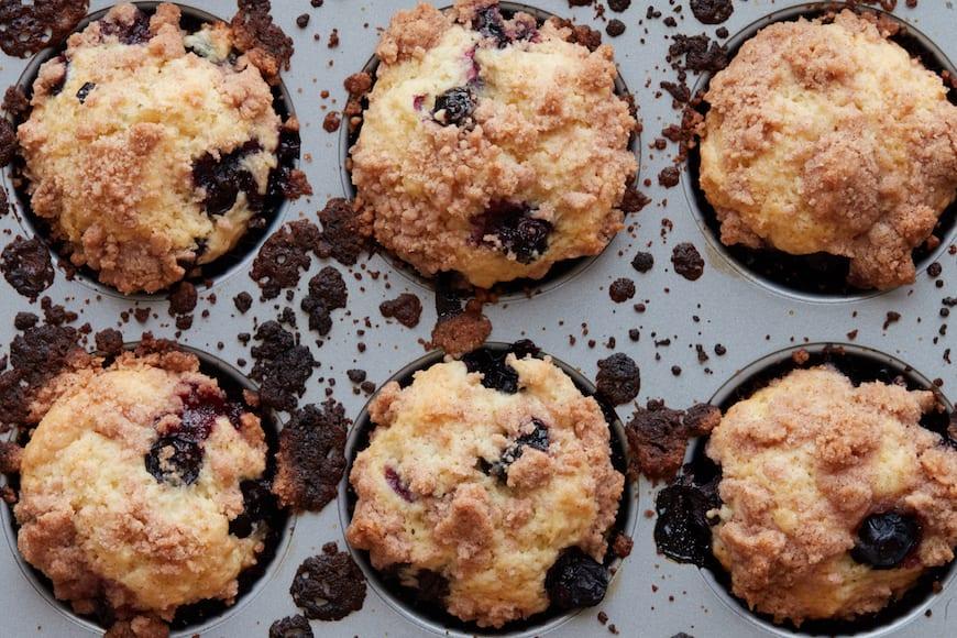 来自www.www.cederama.com(@whatsgabycookbetwa让球in)的Blueberry Streusel松饼